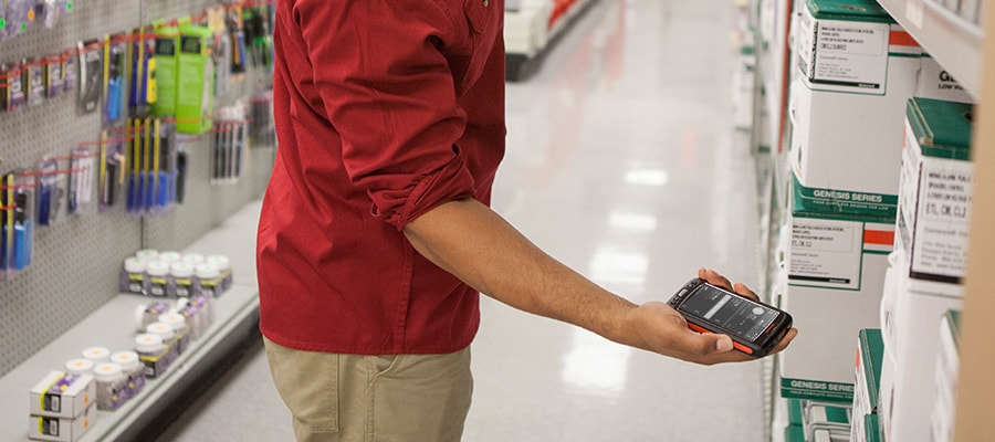 4 Reasons You Need the Store Associate to Use a Mobile Device on the Job